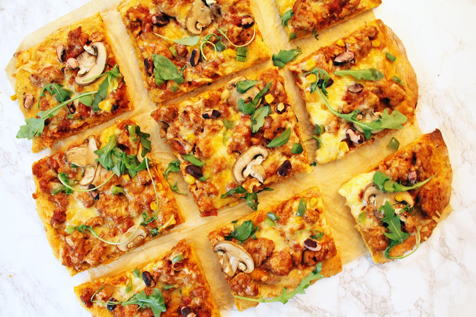 Kuva: Valmiiksi paistettu bataattipizza, jossa sieniä ja juustoa.