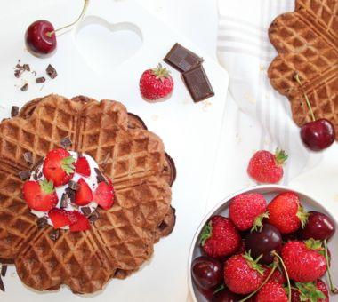 Terveelliset täysjyvävohvelit suklaalla ja marjoilla