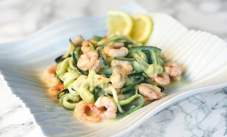 Terveellinen päivällinen koostuu katkaravuista ja kesäkurpitsa-spagetista