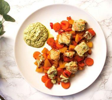 Terveellinen päivällinen lohella vihanneksilla ja pestolla