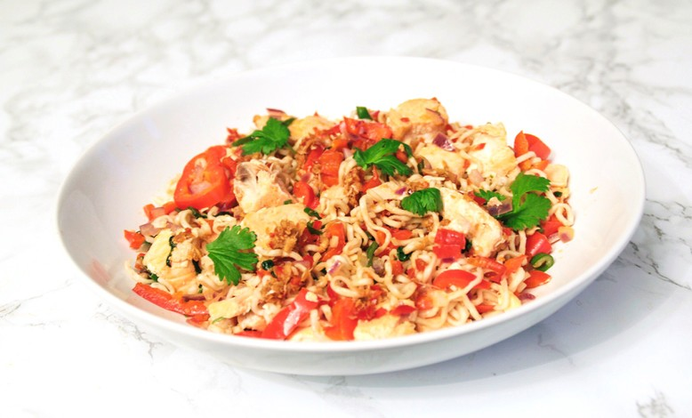 Nopea ja terveellinen päivällinen mausteisella nuudelisalaatilla, lohella ja korianterilla