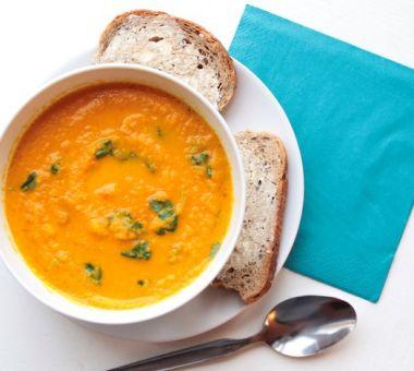 Terveellinen porkkanakeitto, jossa chiliä, appelsiiniä ja inkivääriä