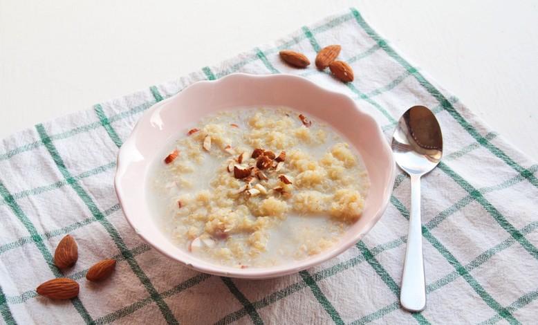 Terveellinen kvinoapuuro rouhituilla manteleilla ja vanilijalla