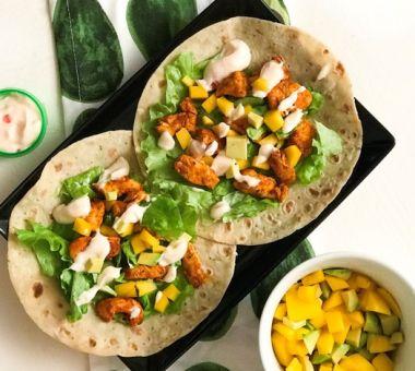 Terveelliset fajitat, joissa täytteenä grillattua mangoa ja avokadoa