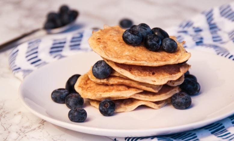 Terveelliset ja vatsaystävälliset proteiiniohukaiset mustikoilla