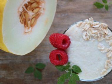 Terveellinen smoothie hunajamelonista ja kaurasta