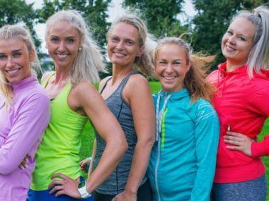 Henkilökuva: 5 naista värikkäissä jumppavaatteissa.