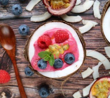 Kookosmaidosta valmistettu vähähiilihydraattinen smoothie, jonka viimeistelyyn tuoreet vadelmat ja mustikat.