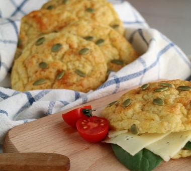 Tarjoile vähähiilihydraattiset sämpylät esimerkiksi juuston ja salaatin kera.