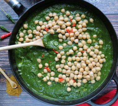 Intialainen kasvispata on päivällinen, joka saa kauniin vihreän värinsä pinaatista.