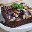 Täyteläinen, mutta vähähiilihydraattinen brownie, jonka viimeistelyyn on käytetty saksanpähkinöitä.
