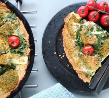 Ruokaisa, gluteeniton parsakaalipiirakka maistuu esimerkiksi välipalana kirsikkatomaattien kanssa.
