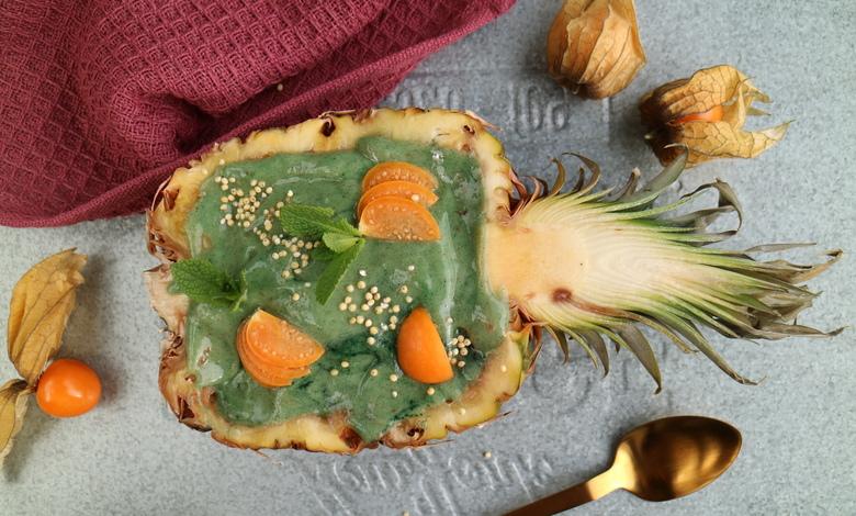 Ravinteikas ananassmoothie voidaan tarjoilla esimerkiksi valmistukseen käytetyn ananaksen koverretussa kuoressa.