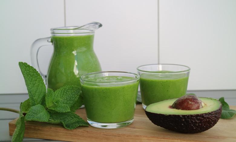Terveellinen avokado-banaanismoothie saa ihastuttavan vihreän värinsä pinaatista ja mintusta.