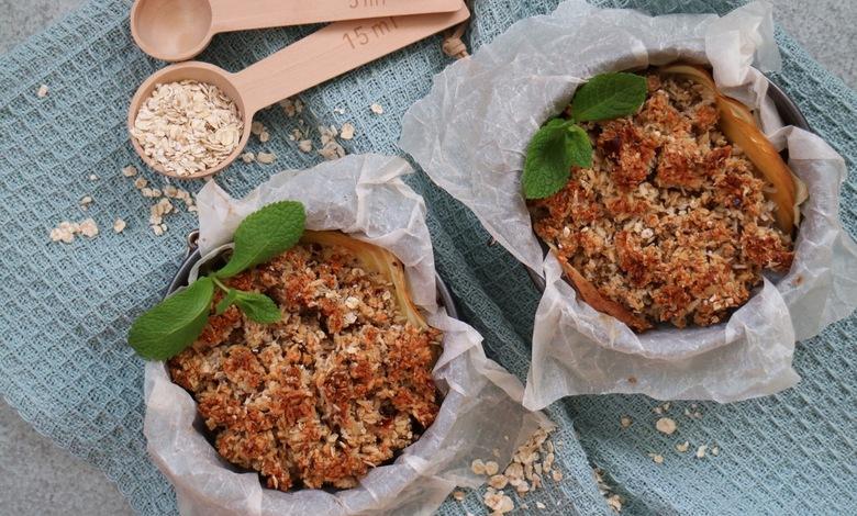 Vegaaninen omenapiirakka kaurahiutaleilla voidaan tarjoilla annosvuoissa.