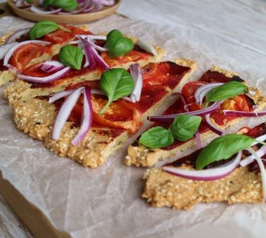 Vähähiilihydraattinen pizza, jossa mantelijauhoista valmistettu pohja.