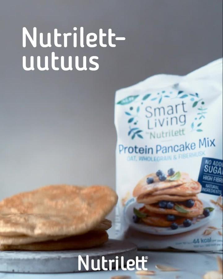 Tuotekuva: Smart Living by Nutrilett protiinipannukakun tuotepakkaus ja etualalla valmiiksi paistettuja pannukakkuja.