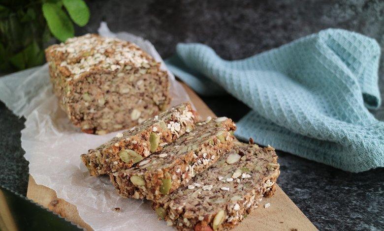 Gluteeniton vegaaninen leipä on täynnä terveellisiä siemeniä ja sisältää runsaasti kuitua.