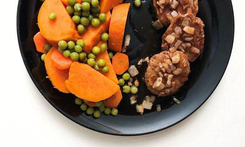 Vähäkalorinen päivällinen jauhelihalla ja paistetulla sipulilla