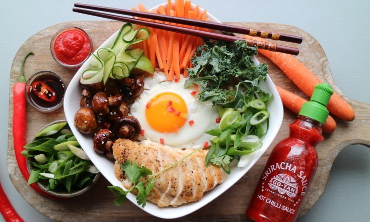 Terveellinen korealainen pyttipannu bibimbap