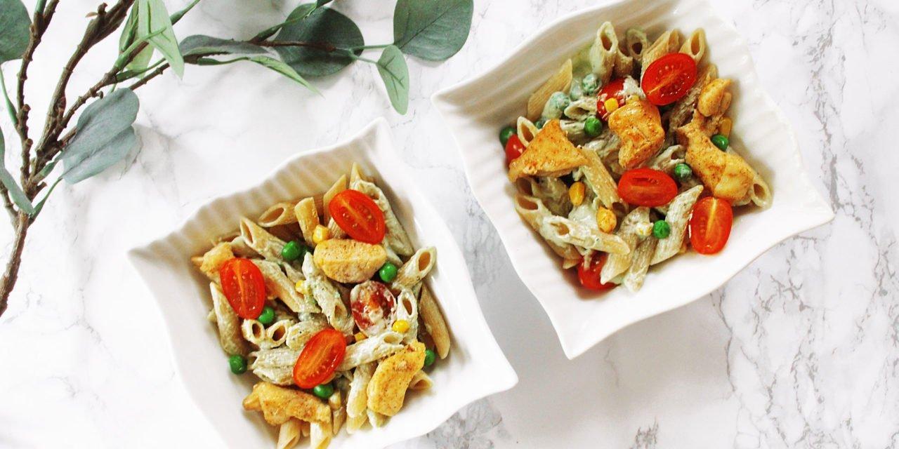 Tarjoiluehdotus: Kaksi neliönmuotoisissa lautasissa olevaa pasta-annosta