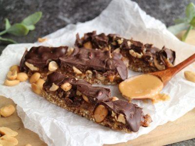 vegaaninen snickerskakkuresepti